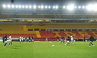 BOGOTA -COLOMBIA, 11-10-2020:Jugadores de Millonarios  calientan previo al partido entre Millonarios  y Agulas Doradas por la fecha 13 de la Liga Águila I 2018 jugado en el estadio Nemes Camacho El Campin de la ciudad de Bogota. / Players of Millonarios warm up prior a match for the for the date 13 as part of BetPlay DIMAYOR League 2020 between Millonarios   and Agulas Doradas played at Nemesio Camacho El Campin stadium in Bogota. Photo: VizzorImage/ Daniel Garzon / Contribuidor