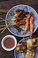 """Asie/Singapour/Singapour: Détail des brochettes (""""Satays"""") et de leur sauce (brochettes de gambas, porc, poulet et mouton)"""