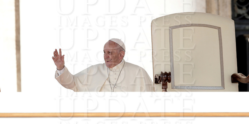 Papa Francesco saluta i fedeli al suo arrivo all'udienza generale del mercoledi' in Piazza San Pietro, Citta' del Vaticano, 4 ottobre, 2017.<br /> Pope Francis waves to faithful as he arrives for his weekly general audience in St. Peter's Square at the Vatican, on October 4, 2017.<br /> UPDATE IMAGES PRESS/Isabella Bonotto<br /> <br /> STRICTLY ONLY FOR EDITORIAL USE