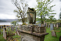 Der Lochcarron Old Burial Grund-Friedhof am Loch Carron in der Ortschaft Lochcarron in den North West Highlands.<br /> 24.5.2015, Lochcarron, Highlands/Schottland<br /> Copyright: Christian-Ditsch.de<br /> [Inhaltsveraendernde Manipulation des Fotos nur nach ausdruecklicher Genehmigung des Fotografen. Vereinbarungen ueber Abtretung von Persoenlichkeitsrechten/Model Release der abgebildeten Person/Personen liegen nicht vor. NO MODEL RELEASE! Nur fuer Redaktionelle Zwecke. Don't publish without copyright Christian-Ditsch.de, Veroeffentlichung nur mit Fotografennennung, sowie gegen Honorar, MwSt. und Beleg. Konto: I N G - D i B a, IBAN DE58500105175400192269, BIC INGDDEFFXXX, Kontakt: post@christian-ditsch.de<br /> Bei der Bearbeitung der Dateiinformationen darf die Urheberkennzeichnung in den EXIF- und  IPTC-Daten nicht entfernt werden, diese sind in digitalen Medien nach §95c UrhG rechtlich geschuetzt. Der Urhebervermerk wird gemaess §13 UrhG verlangt.]
