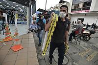 CALI - COLOMBIA, 01-06-2020: Vendedores callejeros de implementos de bioseguridad en la reactivación del comercio con protocolos de bioseguridad en el centro de Cali durante el día 69 de la cuarentena total obligatoria en el territorio colombiano causada por la pandemia  del Coronavirus, COVID-19. / A streets vendors sell elements of biosafety protocols in the center of the city of Cali during the day 69 of mandatory total quarantine in Colombian territory caused by the Coronavirus pandemic, COVID-19. Photo: VizzorImage / Gabriel Aponte / Staff
