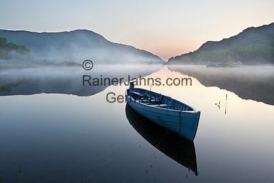 Ireland, County Kerry, near Killarney, Killarney National Park: Upper Lake with rowing boat in morning mist   Irland, County Kerry, bei Killarney, Killarney National Park: Morgenstimmung am Upper Lake