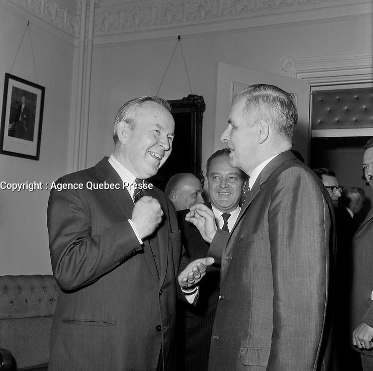 Lester Bowles Pearson et le Maire de Québec, Wilfrid Hamel<br /> durant la<br /> Campagne electorale Liberale Federale,  <br /> le 12 octobre 1965<br /> <br /> Photo: Photo Moderne - Agence Quebec Presse<br /> <br /> <br /> NOTE : Publication  dans Le Soleil 12 et 13 octobre 1965