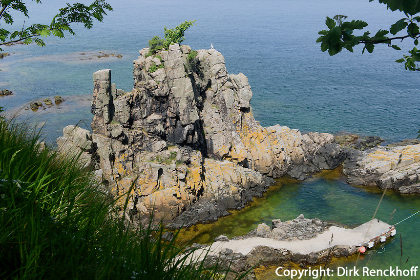 Granitfelsen Helligdomsklipperne, Ostküste der Insel Bornholm, Dänemark, Europa<br /> Granite Cliff Helligdomskliperne, eastcoast of Isle of Bornholm Denmark