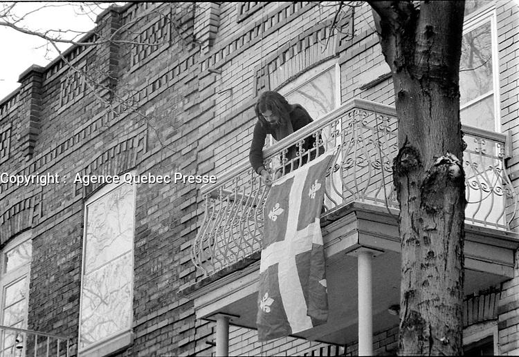 ARCHIVE -<br /> <br /> le fleurdelysée ;  Drapeau du Quebec, accroché a un balcon, 21 Janvier 1973<br /> <br /> Photo : Agence Quebec Presse  - Alain Renaud