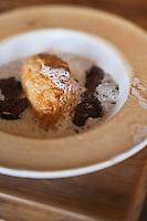 Europe/France/Rhône-Alpes/74/Haute-Savoie/Manigod:  recette d'Eric Guelpa - Chalets-Hotels de la Croix Fry - Feuilletage et soupe aux  truffes