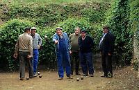 Europe/France/Rhône-Alpes/69/Rhône/Saint-Pierre-le-Déchausselat: Joueurs de pétanque [Non destiné à un usage publicitaire - Not intended for an advertising use]<br /> PHOTO D'ARCHIVES // ARCHIVAL IMAGES<br /> FRANCE 1990