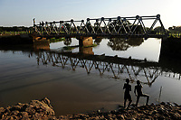 SOUTH SUDAN Lakes state, Rumbek, boys catching fish at Bamam bridge / SUED SUDAN, Junge angeln an der Bamam Bruecke