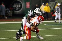 Fullback Boomer Grigsby (Chiefs) gegen Linebacker Eric Harris (Jets)<br /> New York Jets vs. Kansas City Chiefs<br /> *** Local Caption *** Foto ist honorarpflichtig! zzgl. gesetzl. MwSt. Auf Anfrage in hoeherer Qualitaet/Aufloesung. Belegexemplar an: Marc Schueler, Am Ziegelfalltor 4, 64625 Bensheim, Tel. +49 (0) 6251 86 96 134, www.gameday-mediaservices.de. Email: marc.schueler@gameday-mediaservices.de, Bankverbindung: Volksbank Bergstrasse, Kto.: 151297, BLZ: 50960101