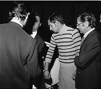"""Double crime d'Ondes. Les assassins keller et Horneich <br /> <br /> """"+ M. Dalas chef du SRPJ"""" 4 octobre 1972. Plan taille de profil de Joseph Keller, menoté et entouré de des policiers chargés de l'enquête, viennent de descendre de la voiture ou s'apprêtent à monter dedans. Cliché pris le lendemain de l'arrestation des deux suspects Joseph Keller et Marcellin Horneich dans l'affaire du double meurtre d'Ondes. Observation: Dans la nuit du 29 au 30 août 1972, un couple de touristes anglais autostoppeurs, est assassiné à Ondes (José Clive Latter 23 ans et Joy Joffe 20 ans). Un mois après, les auteurs du crime sont interpelés : ils s'agit de Marcellin Horneich et son neveu Joseph Keller. Ils avouent leur crime le 4 octobre 1972. Après 4 ans d'instruction, ils sont condamnés à mort le 25 juin 1976 par la Cour d'Assises de la Haute-Garonne. Le 8 janvier 1977, ils sont tous les deux graciés par le Président Valéry Giscard d'Estaing."""