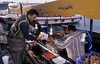 Europe/Turquie/Istanbul : Pêcheurs grillant du poisson au port d'Eminonu