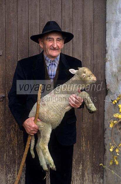 Europe/France/Provence-Alpes-Côte d'Azur/13/Bouches-du-Rhône/Saint-Rémy-de-Provence : Mr Baculard (berger) et agneau AUTO N°:26