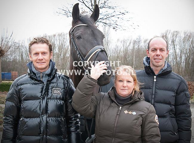 Harskamp, 210212<br /> Dressuurruiters Edward Gal (links), en Hans-Peter Minderhoud, samen met hun trainster Nicole Werner.<br /> Foto Henk Timmermans - APA Foto