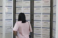 Campinas (SP), 02/09/2020 - Emprego - Pessoas olham anuncios de emprego no centro da cidade de Campinas (SP), nesta quarta-feira (02). (Foto: Denny Cesare/Codigo 19/Codigo 19)