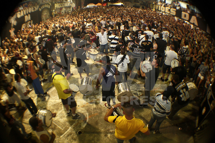 ATENCAO EDITOR: FOTO EMBARGADA PARA VEICULOS INTERNACIONAIS. - SAO PAULO, 18 DE JANEIRO, 2013 - QUADRA DA GAVIÕES - Corinthianos recebem na quadra da gaviões a Taça do Mundial  conquistada pelo Timão em  dezembro 2012. A Taça foi trazida pessoalmente pelo ex-presidente do corinthians, Andrés Sánchez. O galpão ficou  tomado por torcedores na noite dessa sexta-feira, 18, na região do Bom Retiro, zona norte da capital -  FOTO: LOLA OLIVEIRA - BRAZIL PHOTO PRESS