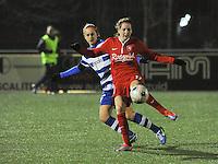 AA GENT LADIES - FC TWENTE :<br /> Ellen Jansen (R) speelt de bal voor de ogen van Pauline Windels (L)<br /> foto Dirk Vuylsteke / Nikonpro.be