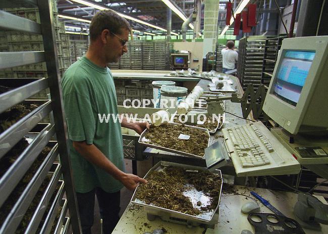 oosterbeek 110700 op het blgg in oosterbeek is het topdrukte op dit moment ivm met de aanvoer van kuilgrasmonsters. Foto: de binnengekomen monsters worden geregistreerd gewogen, en klaargemaakt voor onderzoek.<br />foto frans ypma APA-foto