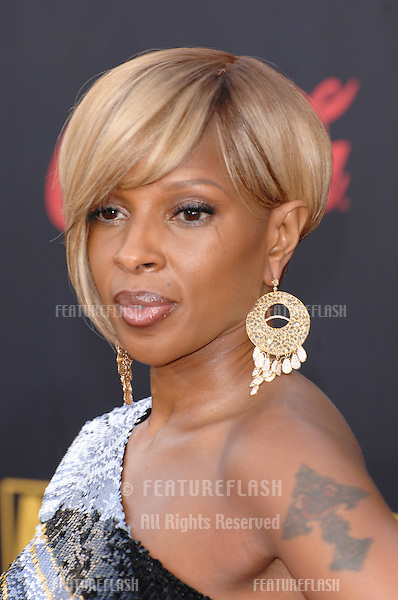 Mary J. Blige at the 2007 American Music Awards at the Nokia Theatre, Los Angeles..November 19, 2007  Los Angeles, CA.Picture: Paul Smith / Featureflash