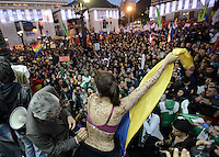BOGOTÁ -COLOMBIA. 09-12-2013. Gustavo Petro, Alcalde de Bogotá, Colombia, fue destituido hoy por la Procuraduría General de La Nación e inhabilitado por 15 años para ejercer puestos públicos. Cientos de manifestantes se congregaron en la Plaza de Bolívar frente al Palacio de Lévano para rechazar la decisión que deja a la capital de Colombia sin gobernante. En la imagen Guillermo A. Jaramillo, secretario de gobierno de la Alcaldía firma en el torso de una mujer en apoyoa Petro./ Gustavo Petro Mayor of Bogota D.C., Colombia, was removed today by the Attorney General of the Nation and disquialified for 15 years to perform public office. Hundreds of supporters of Mayor gathered at the Simon Bolivar square in front of Lievano Palace to protest for the decision. In the image the Secretary of Government, Guillermo A. Jaramillo, sings on the woman body to supports him. Photo: VizzorImage/Gabriel Aponte/ Str