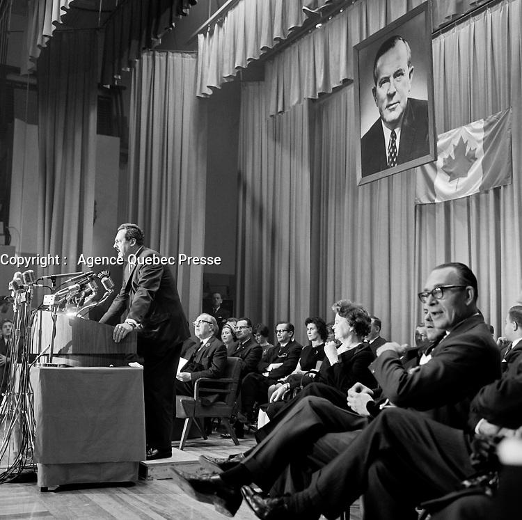 - Discours de Guy Favreau devant Lester Bowles Pearson , durant la<br /> Campagne electorale Liberale Federale,  <br /> le 12 octobre 1965<br /> <br /> Photo: Photo Moderne - Agence Quebec Presse<br /> <br /> NOTE : Publication dans Le Soleil 12 et 13 octobre 1965