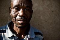 Il nonno di una famiglia che vive nelle case del villaggio di Sun City a 200 metri dal Royal Bafokeng Stadium di Rustenburg.USA Ghana 1-2 - USA vs Ghana 1-2.Ottavi di finale - Round of 16 matches.Campionati del Mondo di Calcio Sudafrica 2010 - World Cup South Africa 2010.Royal Bafokeng Stadium, Rustenburg, 26 / 06 / 2010.© Giorgio Perottino / Insidefoto .