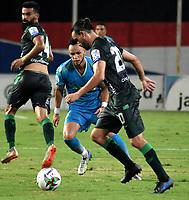 MONTERIA - COLOMBIA, 24-01-2021: Mauricio Castaño de Jaguares de Cordoba F.C. y Bruno Teliz de Atletico Bucaramanga disputan el balon durante partido entre Jaguares de Cordoba F. C. y Atletico Bucaramanga de la fecha 2 por la Liga BetPlay DIMAYOR I 2021, en el estadio Jaraguay de Monteria de la ciudad de Monteria. / Mauricio Castaño of Jaguares de Cordoba F.C. and Bruno Teliz de of Atletico Bucaramanga vie for the ball during a match between Jaguares de Cordoba F. C. and Atletico Bucaramanga, of the 2nd date for the BetPlay DIMAYOR I 2021 League at Jaraguay de Monteria Stadium in Monteria city. Photo: VizzorImage / Andres Lopez / Cont.