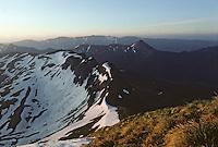 Europe/France/Auvergne/15/Cantal/Parc Naturel Régional des Volcans: Le Puy de Peyre-Arse (1806 mètres) et Le Puy Griou (1694 mètres) depuis le sommet du massif du Puy Mary (1787 mètres) au soleil levant