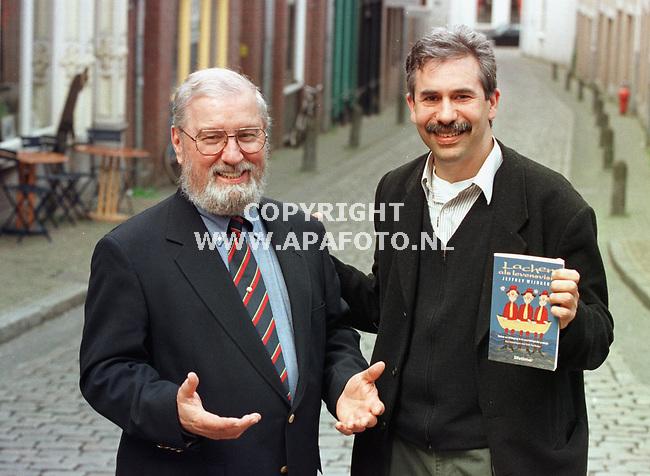 Nijmegen,23-04-99  Foto:Koos Groenewold <br />Dhr Fairly(l) en dhr Wijnbergen zien lachen als therapie om problemen op te lossen.<br /><br />Foto bij verhaal van Patricia Boon.