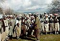 Irak 1963.Peshmergas dansant a l'arrivee du printemps.Iraq 1963.Spring in Kurdistan, peshmergas dancing