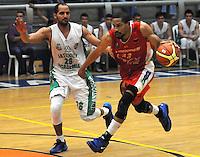 MEDELLIN -COLOMBIA-18-05-2014. Jacavo Chavez   (Izq) de Academia de La Monta–a disputa el balon con Desmon Farmer de Condores de Cundinamarca. Aspecto del partido entre Academia de La Monta–a  y Condores de Cundinamarca en la semifinal de la  Liga Direct TV de baloncesto Profesional de Colombia realizado en el coliseo Ivan de Bedout en Medell'n./  Jacavo Chavez    (L) of Academia of La Monta–a dispute the ball with  Desmon Farmer of Condores of Cundinamarca. Appearance vs Academia of The Monta–a and Condores of Cundinamarca in the semifinals of the League Direct TV Colombia Professional basketball played in Ivan Bedout Coliseum in Medellin..  Photo: VizzorImage / Luis Rios / Stringer