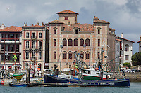 France, Pyrénées-Atlantiques (64), Pays-Basque, Saint-Jean-de-Luz, Le port de pêche et la Maison de l'Infante  // France, Pyrenees Atlantiques, Basque Country, Saint Jean de Luz: Fishing port and Infanta of Spain's House