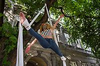 UNGARN, 06.09.2020, Budapest VIII. Bezirk. Im Zeichen des konservativ-autoritaeren Kulturkampfes uebernehmen regierungsnahe Kreise die Theater- und Filmhochschule SzFE. Die Studenten reagieren am 31.08 mit der Besetzung und der Blockade des Gebaeudes. -Menschenkette mit 10-15000 TeilnehmerInnen von der Hochschule bis zum Parlament. Turnshow. | As part of the conservative-authoritarian Kulturkampf circles close to the government take control of the University of Theatre and Film Arts SzFE. On Aug. 31 the students react by occupying and blocking the building. -Human chain with 10-15000 participants from the university to the parliament. Gymnastics show.<br /> © Martin Fejer/estost.net