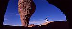 """Les roches de Tagrera ressemblent à des champignons semés sur le sable ocre du Sahara. Les Touaregs s'abritent pour se reposer sous les voutes de grès. Ici le lieu dit """"La chambre"""". Tassilis du Hoggar. Algérie"""