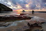 Great Britain, England, Cornwall, Trebarwith Strand: Two people watching sunset at low tide | Grossbritannien, England, Cornwall, Trebarwith Strand: Paerchen beobachtet den Sonnenuntergang bei Ebbe