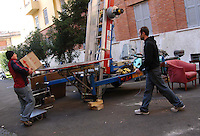 Operai mentre traslocano i mobili di un appartamento..Workers while moving the furniture of an apartment....