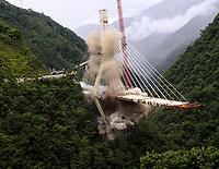 PUENTE DE CHIRAJARA - COLOMBIA, 11-07-2018:Implosión puente de Chirajara. Implosión de la torre C del colapsado puente de Chirajara donde murieron nueve trabajadores en el mes de enero  , Coviandes contrató a la firma Demoliciones Atila Implosión SAS, que empleó 200 kilos de explosivos marca Indugel , 3.000 metros de cordón detonante y 30 detonadores manipulados por 11 técnicos en explosivos.Cuatro segundos duró la demolición./Demolition of tower C of the collapsed bridge of Chirajara where nine workers died in the month of January, Coviandes hired Demoliciones Atila Implosión SAS, which used 200 kilos of Indugel brand explosives, 3,000 meters of detonating cord and 30 detonators manipulated by 11 explosives technicians. Four second hard demolitionPhoto: VizzorImage / Felipe Caicedo / Satff