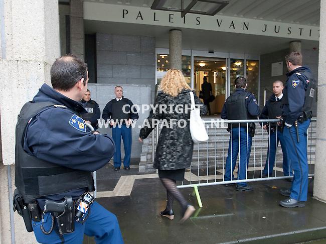 Arnhem 281010 Het poaleis van justitie in Arnhem werd vandaag streng bewaakt.<br /> Foto Frans Ypma APA-foto