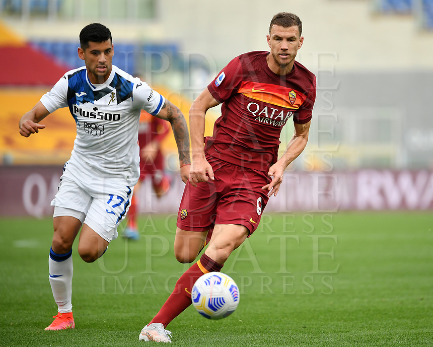 Football, Serie A: AS Roma - Atalanta Olympic stadium, Rome, April 22, 2021. <br /> Roma's Edin Dzeko (r) in action with Atalanta's Cristian Romero (l) during the Italian Serie A football match between AS Roma and Atalanta at Rome's Olympic stadium, Rome, on April 22, 2021.  <br /> UPDATE IMAGES PRESS/Isabella Bonotto