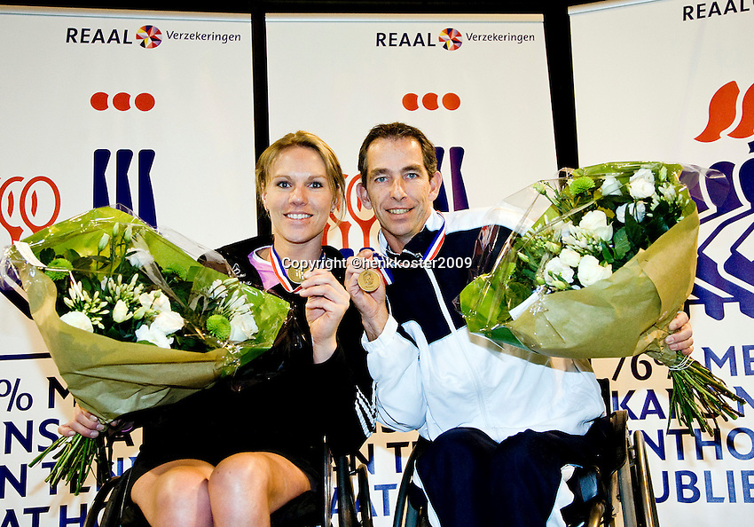 4-1-09, Renkum, NK rolstoeltennis, Esther Vergeer en Robin Ammerlaan tonen hun medailles, zij zijn de verse Nederlandse kampioenen rolstoeltennis 2009.