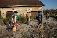 Migranti portano acqua e viveri presso la vecchia fabbrica a Subotica Migrants bring food and water at the old factory in Subotiza
