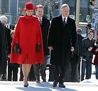 L'honorable Seamus O'Regan, ministre des Anciens Combattants et ministre associé de la Défense nationale et Leurs Majestés le Roi et la Reine des Belges arrivent au Monument commémoratif de guerre du Canada pour participer à une cérémonie du Souvenir et de dépôt de couronnes.