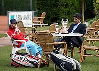 13-8-06,Den Haag, Tennis Nationale Jeugdkampioenschappen, Xander Spong na zijn overwinning bij de 16 jarigen met zijn vader en zijn gewonnen bekers
