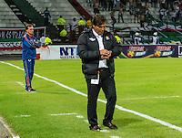 MANIZALES - COLOMBIA -15-02-2015: Flabio Torres (Der.), técnico de Once Caldas y Oscar Quintabani (Izq.) técnico del Deportivo Pasto, durante  partido Once Caldas y Deportivo Pasto por la fecha 4 de la Liga de Aguila I 2015 en el estadio Palogrande en la ciudad de Manizales. / Flabio Torres (R), coach of Once Caldas and Oscar Quintabani (L) coach of Deportivo Pasto, during a match Once Caldas and Deportivo Pasto for date 4 of the Liga de Aguila I 2015 at the Palogrande stadium in Manizales city. Photo: VizzorImage  / Kevin Toro / Str.
