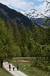 Randonneurs  près du lac de Roue(2695 m) entre Arvieux et Chateau Queyras<br /> Trekkers nearby Roue lake between Arvieux valley and Chateau Queyras valley