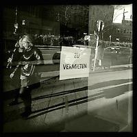 Zwei Frauen auf der Strasse. Berlin Streetviews<br />25.11.2013, Berlin<br />Copyright: Christian-Ditsch.de<br />[Inhaltsveraendernde Manipulation des Fotos nur nach ausdruecklicher Genehmigung des Fotografen. Vereinbarungen ueber Abtretung von Persoenlichkeitsrechten/Model Release der abgebildeten Person/Personen liegen nicht vor. NO MODEL RELEASE! Don't publish without copyright Christian-Ditsch.de, Veroeffentlichung nur mit Fotografennennung, sowie gegen Honorar, MwSt. und Beleg. Konto:, I N G - D i B a, IBAN DE58500105175400192269, BIC INGDDEFFXXX, Kontakt: post@christian-ditsch.de<br />Urhebervermerk wird gemaess Paragraph 13 UHG verlangt.]