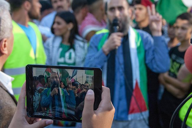 Ca. 1500 Menschen demonstrierten am Freitag den 11. Juli 2014 in Berlin auf dem Potsdamer Platz ihre Solidaritaet mit Palaestina. Viele von ihnen kamen vom traditionellen Freitagsgebet. Sie protestierten gegen die Bombardierung des Gaza-Streifens und den moeglichen Einmarsch in den Gaza-Streifen durch die Israelische Armee. Trotz aufgeladener Stimmung blieb die Kundgebung friedlich.<br /> Zu den Kundgebungsteilnehmern sprachen Bundestagsabgeordnete der Linkspartei, Gewerkschafter und muslimische Geistliche (im Bild).<br /> 11.7.2014, Berlin<br /> Copyright: Christian-Ditsch.de<br /> [Inhaltsveraendernde Manipulation des Fotos nur nach ausdruecklicher Genehmigung des Fotografen. Vereinbarungen ueber Abtretung von Persoenlichkeitsrechten/Model Release der abgebildeten Person/Personen liegen nicht vor. NO MODEL RELEASE! Don't publish without copyright Christian-Ditsch.de, Veroeffentlichung nur mit Fotografennennung, sowie gegen Honorar, MwSt. und Beleg. Konto: I N G - D i B a, IBAN DE58500105175400192269, BIC INGDDEFFXXX, Kontakt: post@christian-ditsch.de<br /> Urhebervermerk wird gemaess Paragraph 13 UHG verlangt.]