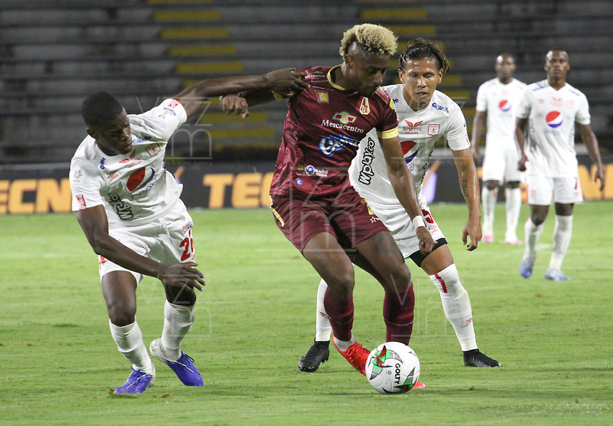 IBAGUE -COLOMBIA, 26-09-2020: Omar Albornoz de Deportes Tolima disputa el balón con Pablo Ortiz del America de Cali durante partido entre el Deportes Tolima y América de Cali por la fecha 10 de la Liga BetPlay DIMAYOR I 2020 jugado en el estadio Manuel Murillo Toro de la ciudad de Ibague. / Omar Albornoz of Deportes Tolima struggles the ball with Pablo Ortiz of America de Cali during match between Deportes Tolima and America de Cali for the date 10 BetPlay DIMAYOR League I 2020 played at Manuel Murillo Toro stadium in Ibague city: VizzorImage/  Felipe Cacedo / Staff