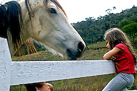 Juliana e cavalo no sitio. Araras, Rio de Janeiro.  2006. Foto de Luciana Whitaker.