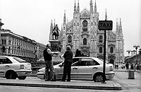 milano, stazione dei taxi in piazza duomo davanti alla cattedrale --- milan, taxi stand in duomo square in front of the cathedral