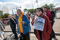 """Mit einem sogenannten """"Global March against Chemtrails and Geoengeneering"""" protestierten ca. 35-40 Menschen am Samstag den 27. September 2014 in Berlin gegen """"Wetterwaffen"""" und das Haarp-Program der US-Armee.<br /> Unter den Teilnehmern waren auch etliche Vertreter der selbsternannten """"Reichsbuerger"""", einer Gruppierung von Rechtsextremen, die die Bundesrepublik als Staat nicht anerkennen.<br /> 27.9.2014, Berlin<br /> Copyright: Christian-Ditsch.de<br /> [Inhaltsveraendernde Manipulation des Fotos nur nach ausdruecklicher Genehmigung des Fotografen. Vereinbarungen ueber Abtretung von Persoenlichkeitsrechten/Model Release der abgebildeten Person/Personen liegen nicht vor. NO MODEL RELEASE! Don't publish without copyright Christian-Ditsch.de, Veroeffentlichung nur mit Fotografennennung, sowie gegen Honorar, MwSt. und Beleg. Konto: I N G - D i B a, IBAN DE58500105175400192269, BIC INGDDEFFXXX, Kontakt: post@christian-ditsch.de<br /> Urhebervermerk wird gemaess Paragraph 13 UHG verlangt.]"""